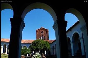 Ao fundo Igreja Nossa Senhora das Mercês